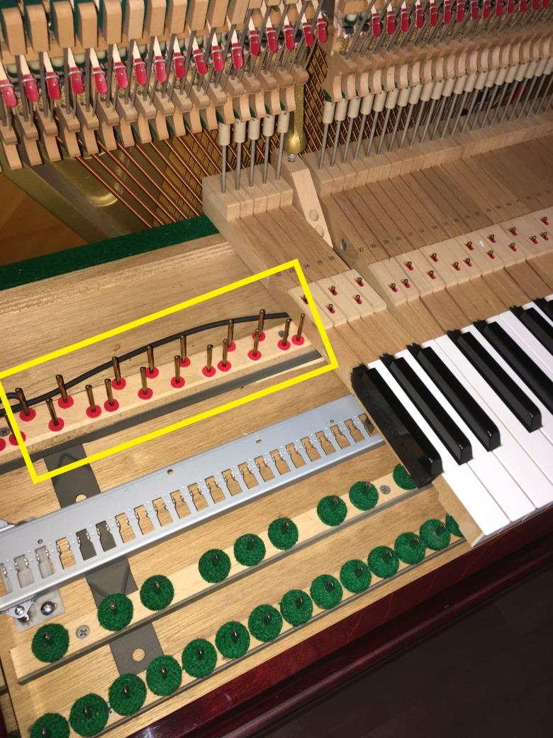 ピアノ鍵盤下